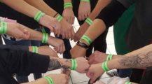 Již dnes můžete začít nosit zelené pásky s nápisem #NeberteNámSvátky